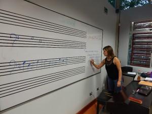En el ambiente ameno de la Escuela de Música Sinfónica, los niños reciben las primeras clases de lectura musical.